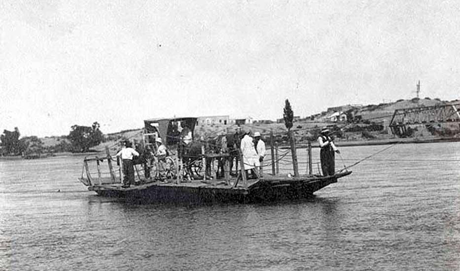 Balsa sobre el río Neuquén - Neuquén Capital  - 1910