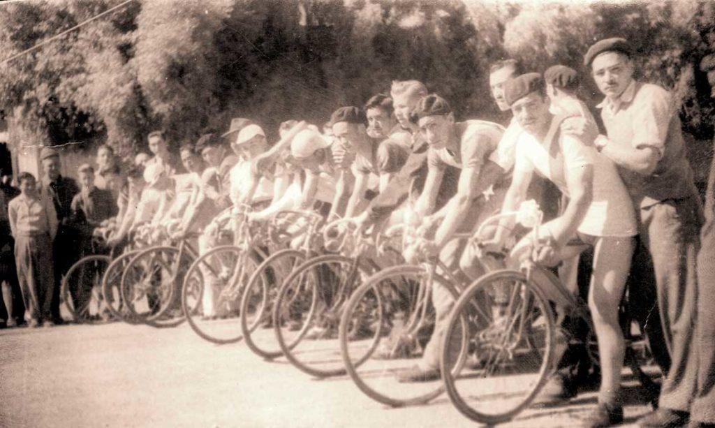 Los competidores eran seguidos por numerosos y entusiastas acompañantes que hinchaban por sus corredores.
