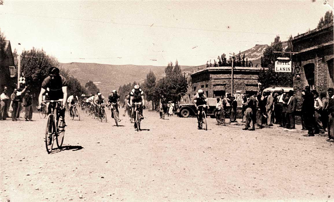 En los años cuarenta y tantos, en el pueblo de San Martín de los Andes, un grupo de entusiastas ciclistas se reunía para participar en las duras competencias organizadas por Don Pedro Abare.