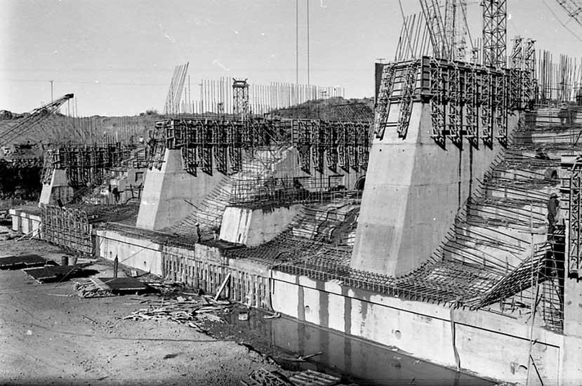El Chocón: Construcción del vertedero