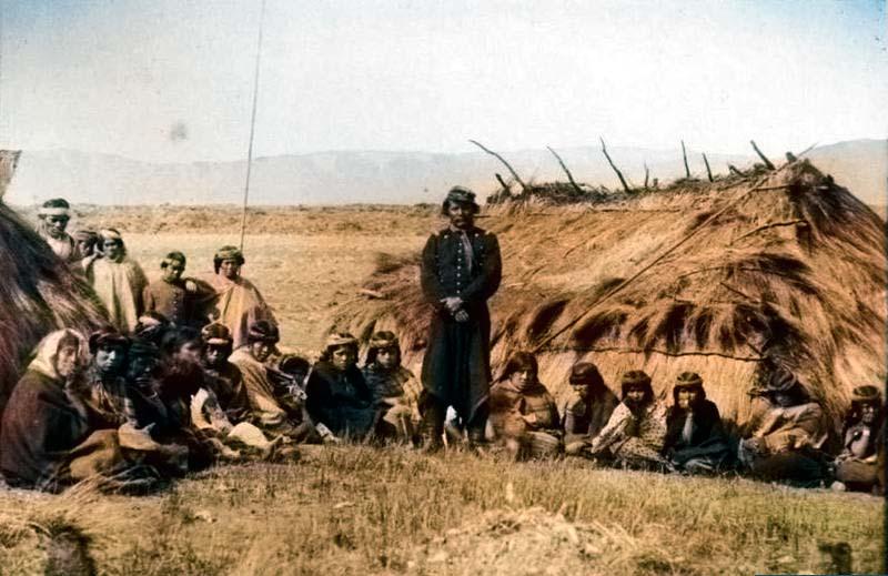 Cacique Villamain (vestido con uniforme del ejército), junto a su tribu.