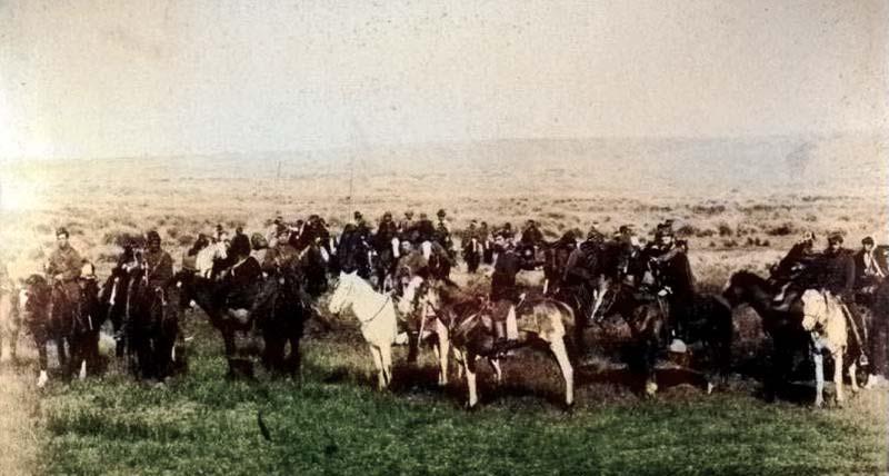 El Comandante Ruibal y oficiales del regimiento Nº 11, acompañan al cacique Reuque-Curá, iniciando la marcha para el Fuerte Gral. Roca - 2 de Mayo de 1883