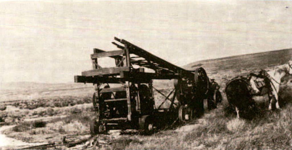 Equipo perforador en Bajo de Covunco (Neuquén): con este equipo primitivo perforó el Coronel Lannan el primer pozo petrolífero de la Cuenca Neuquina en 1904.