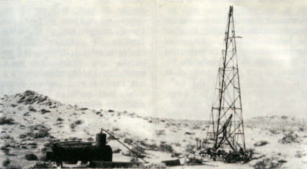 """Equipo perforador en Cerro Lotena (Neuquén). Con este equipo a percusión, la compañía """"Neuquén Oil Syndicate"""" efectuó las primeras perforaciones en el Cerro Lotena alrededor de 1907."""