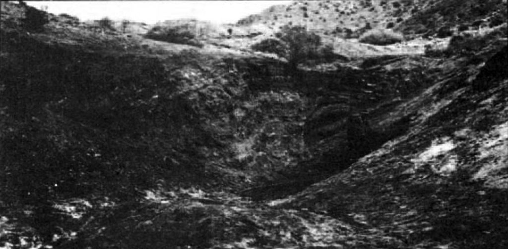 Vertientes de Petróleo del Cerro Lotena (Neuquén): el petróleo que mana de las lutitas bituminosas aflorantes, era recogido en una excavación para su extracción (1902).