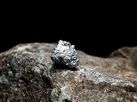 Pepita de plata sobre una roca.