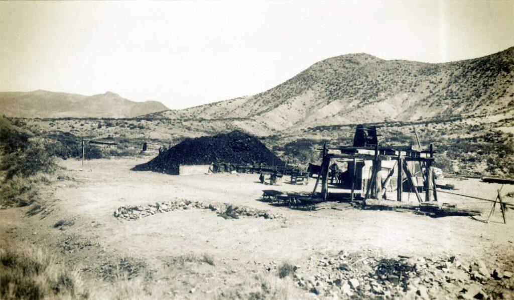 Mina Santa Marta. Pozo principal de reconocimiento. A su izquierda un montículo de 300 toneladas de asfaltita. Al fondo el cerro Esperanza. -1938-