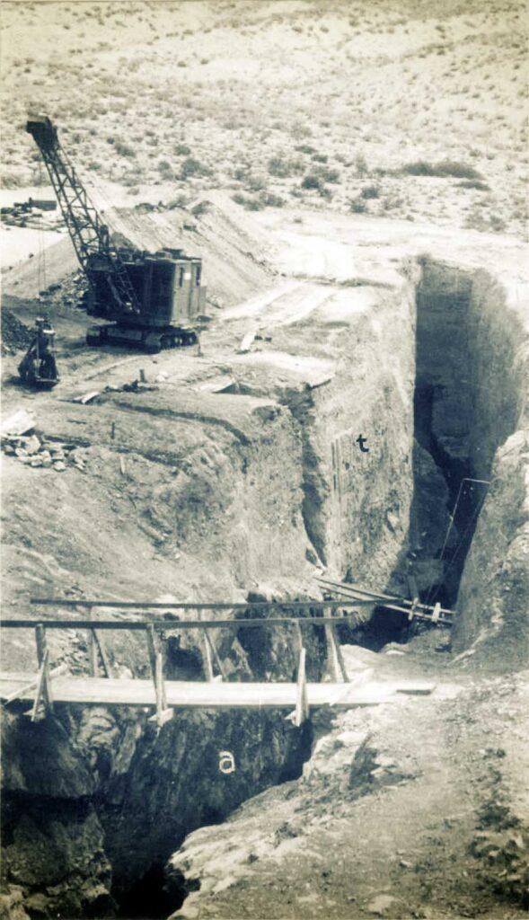 Mina Santa Marta. Rajo sobre la veta realizado en el año 1939. A la izquierda la draga. a) areniscas. b) terreno de acarreo.
