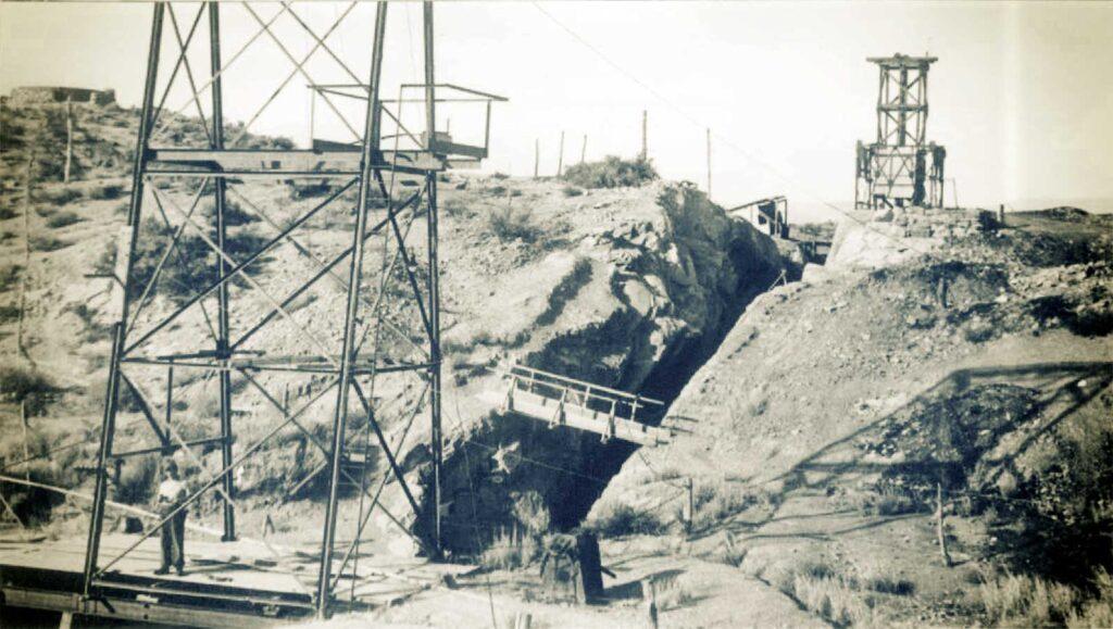 Mina Santa Marta. Vista del rajo y de las dos torres de extracción. En primer plano la torre del pozo Zorro. Al fondo, la del pique Roque.
