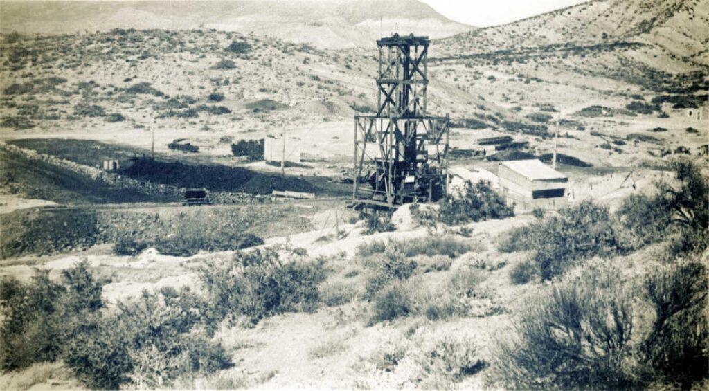 Mina Santa Marta. Torre del pique Roque y la cancha de depósito de asfaltita -1941-