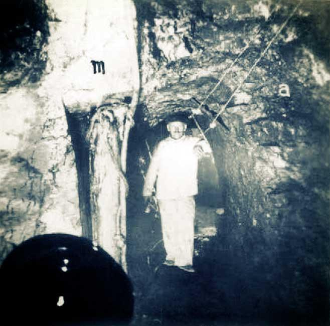 Mina Santa Marta. Galería en el nivel 41 m al lado del pique Roque. a) asfaltita. b) margas.