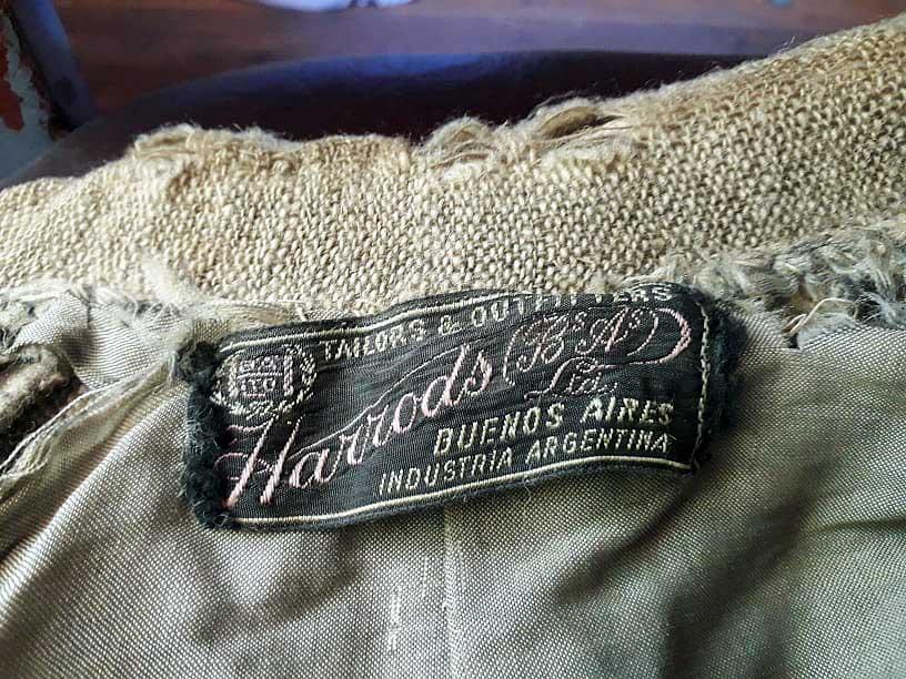 Prenda con etiqueta de Harrods que está en la Sala Benigar del Museo Municipal de Aluminé.
