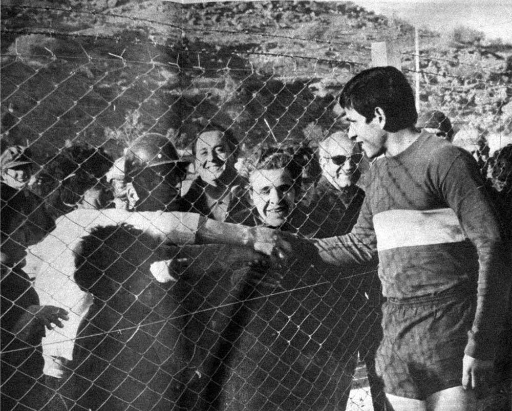 Hierro, hormigón y gambetas: a 50 años del partido entre los trabajadores de El Chocón y Boca Juniors