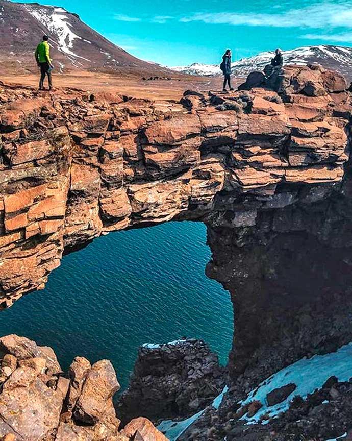 Puente natural de piedra del lago Caviahue