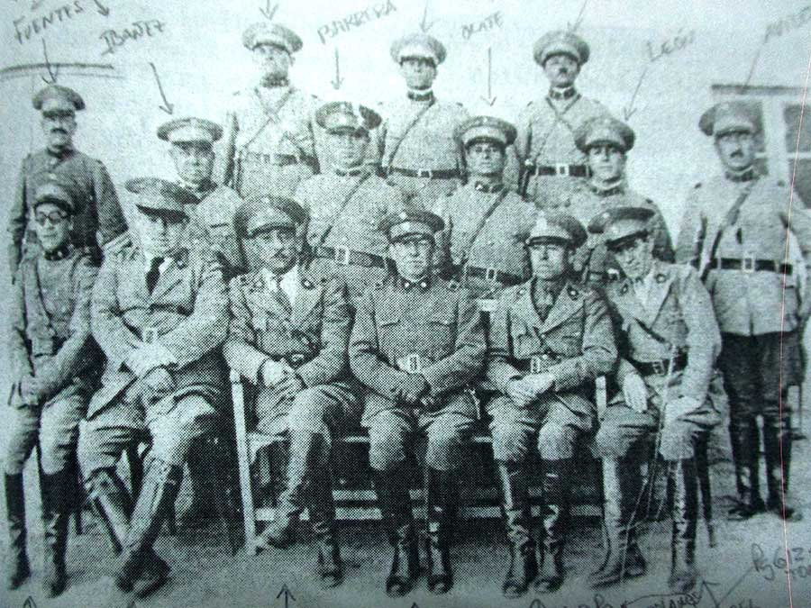 Dotación de la Comisaría de Chos Malal del año 1937. Foto publicada en el libro Guardianes del orden, Tomo I, de Tomás Heger Wagner.