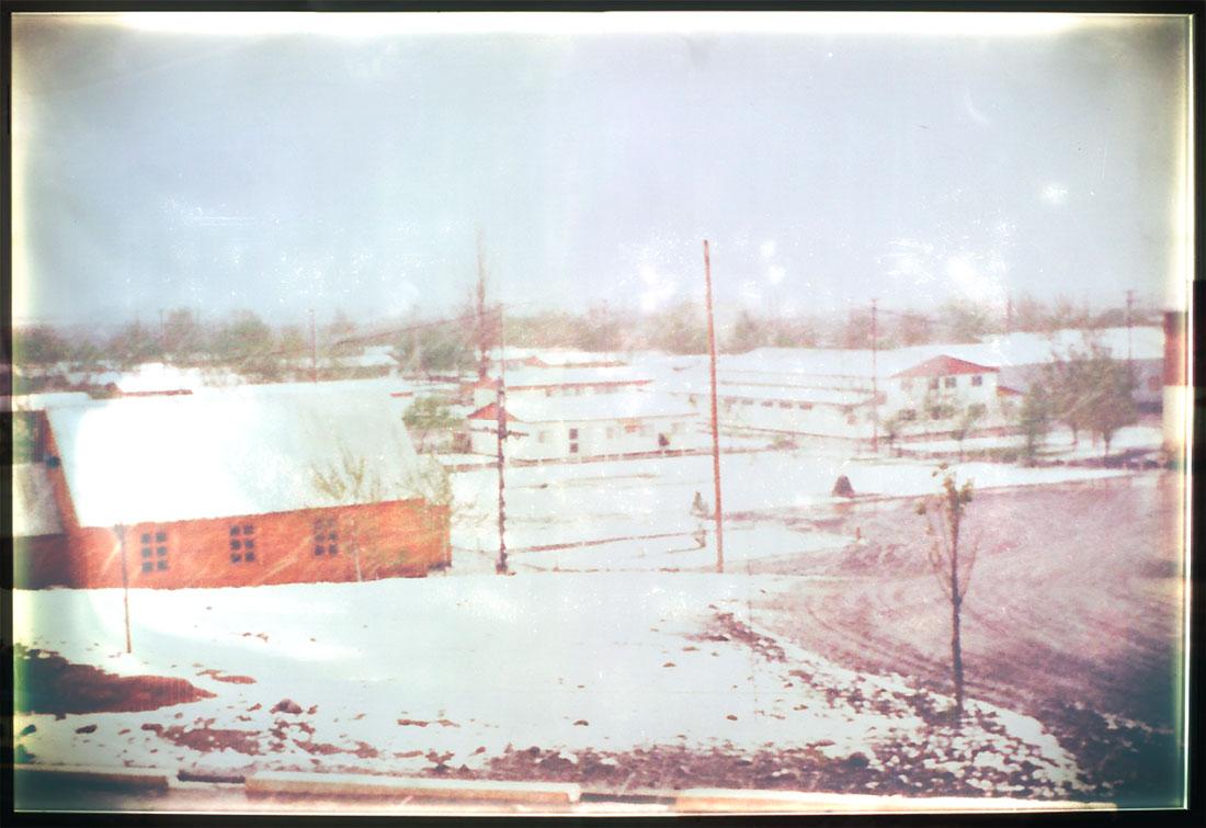01 de Octubre del 79. Ese día cayó una gran nevada en toda la región. En la foto, parte del centro cívico de Planicie, a la izquierda en primer plano, un perfil de la iglesia, y al fondo, el correo y la proveeduría.