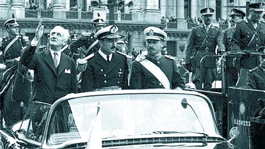 El Presiente Arturo Illia junto a Juan Carlos Onganía, el general que luego encabezaría el golpe militar para derrocarlo