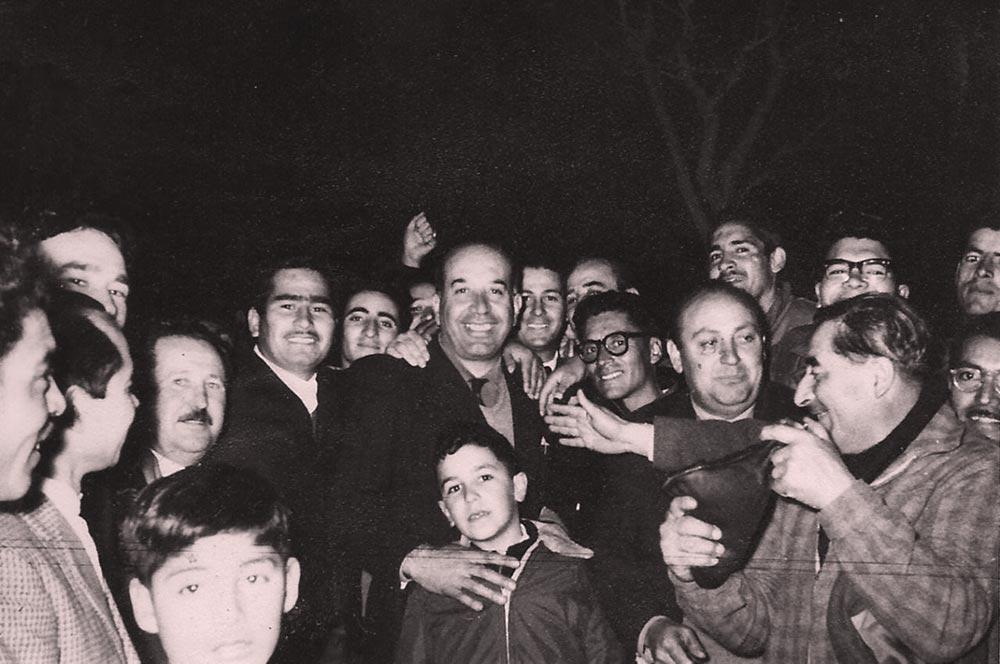 Felipe Sapag, durante su primera campaña política como candidato a gobernador de la provincia por el Movimiento Popular Neuquino en el año 1962. Acompañado por su hijo, Luis Felipe Sapag de tan sólo 13 años.