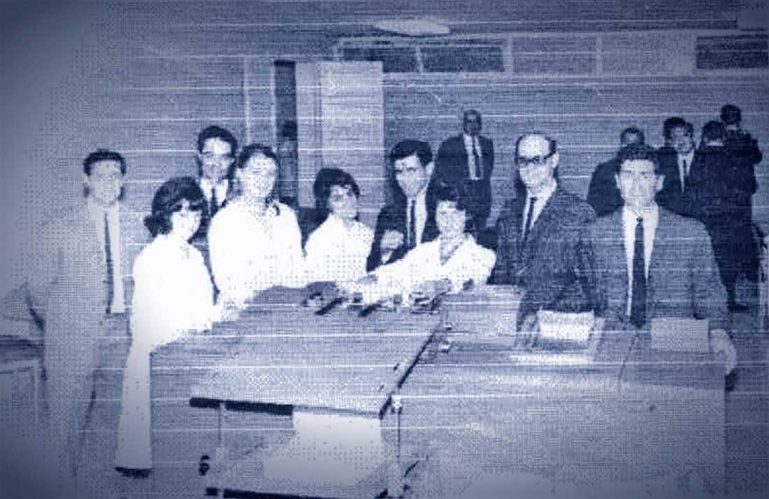 La histórica tabuladora JR407 y sus operadores