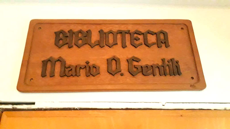 Así luce hoy su nombre en la biblioteca.