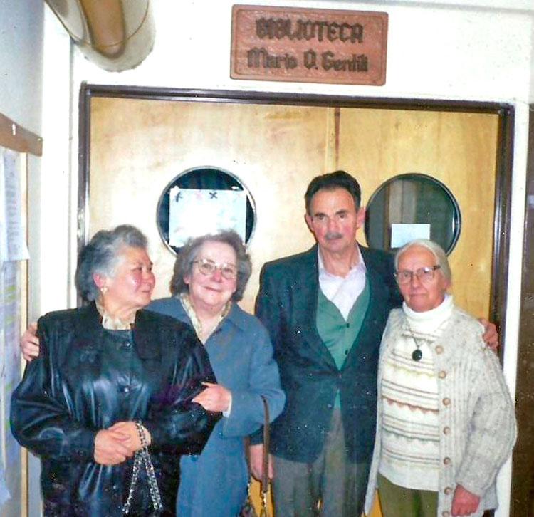 El día que se descubrió el cartel de la biblioteca del AUSMA, con Maclovia Torres, su esposa y la fotógrafa Carlota Thumann.