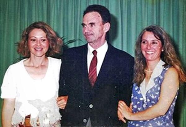 Dos discípulas flanquean a Gentili, las prof. Patricia Cueto y Virginia Fontana.