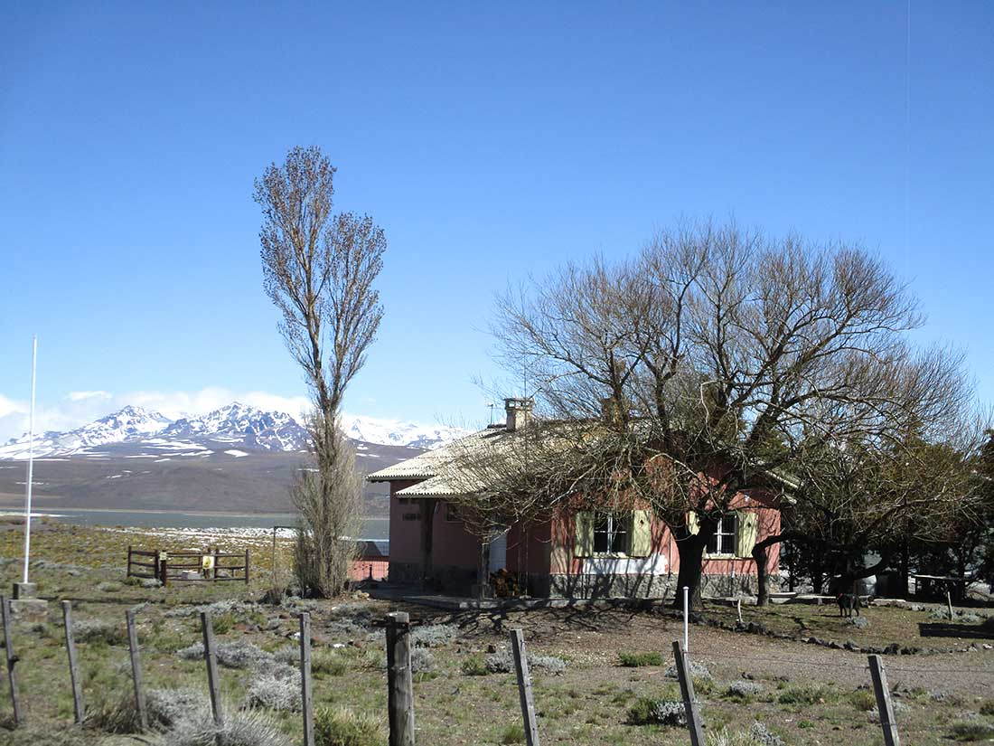 Casa del guardaparque en la actualidad (al fondo se observa la cordillera del Chachil, escenario de la tragedia)