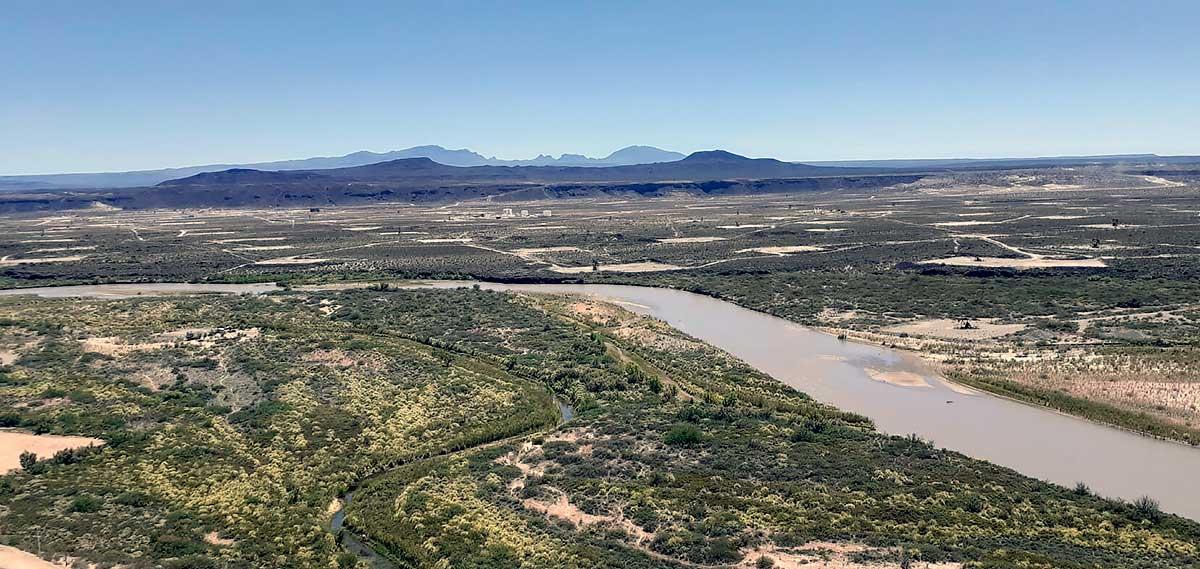 La Sierra de Chachahuen y el río Colorado.