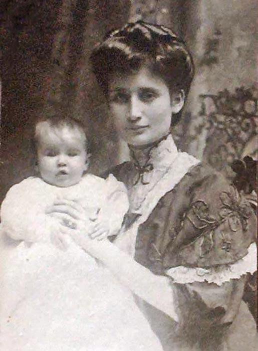 Primitiva Insaurralde y su primera hija. Foto gentileza de su nieto Jorge Berghmans