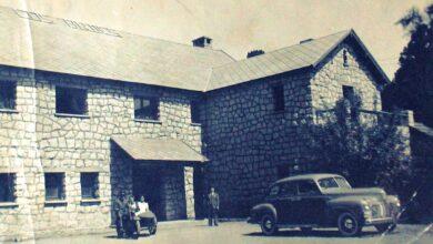 """Sobre el techo del hotel se lee: """"Los Andes"""". Foto de familia Galeazzi"""