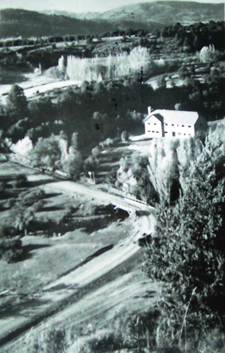 Antiguo trazado de la ruta 40, entonces N° 237, que pasaba por la entrada del hotel. Foto de B. Salomon, gentileza de H. García Coni
