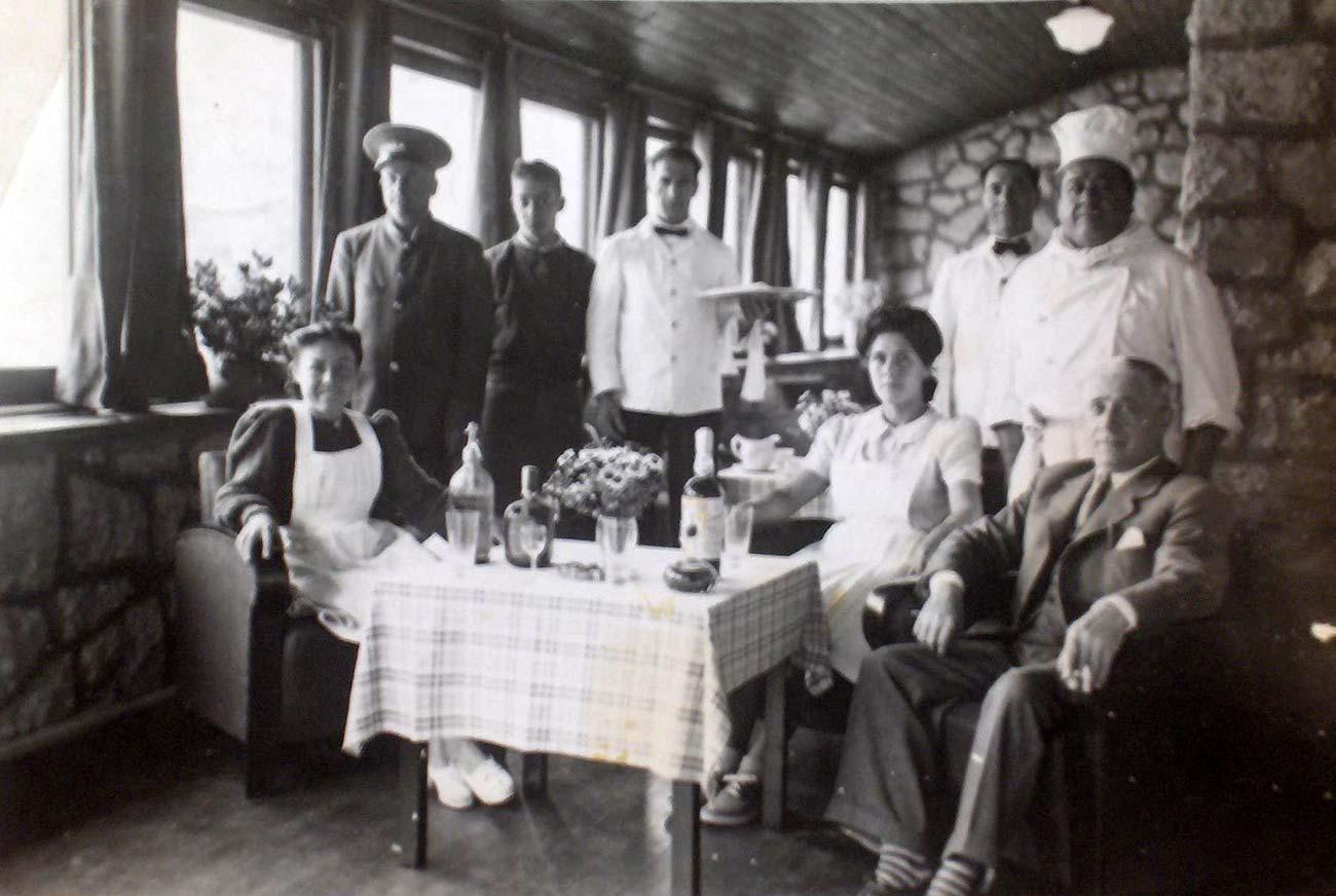 El personal posando para la foto. Archivo del hotel