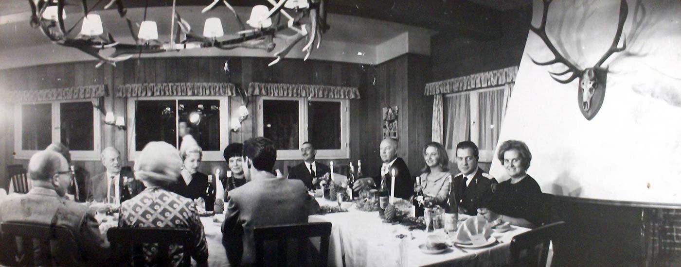 Foto durante una cena. Se observa la araña con astas de ciervo. Foto M.E. Streich