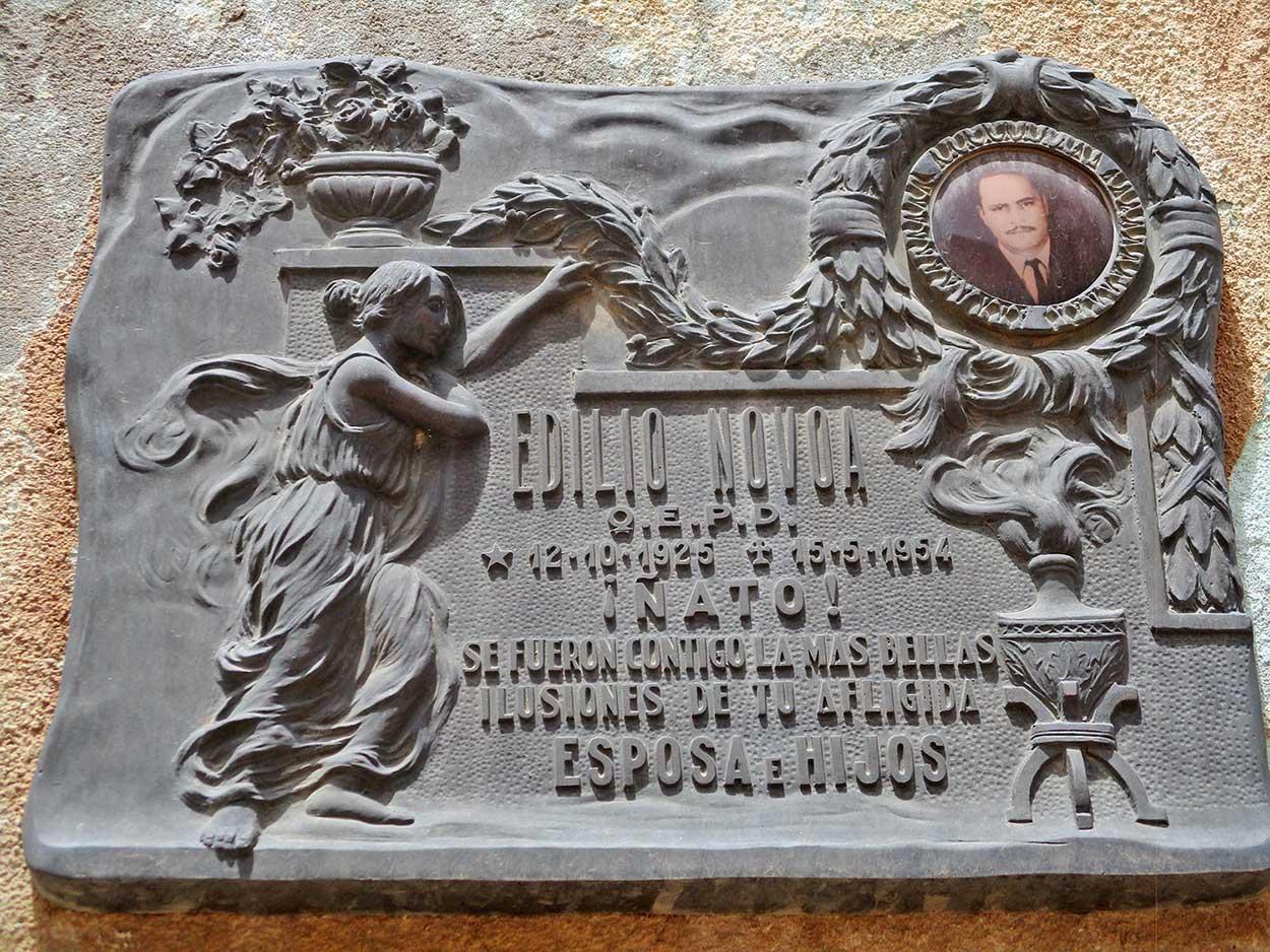 Placa en el nicho de Edilio Novoa