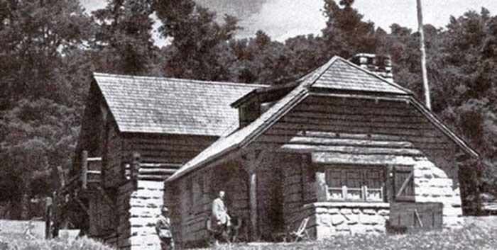 La seccional Epulafquen edificada en 1938, recibió al escritor y su esposa.