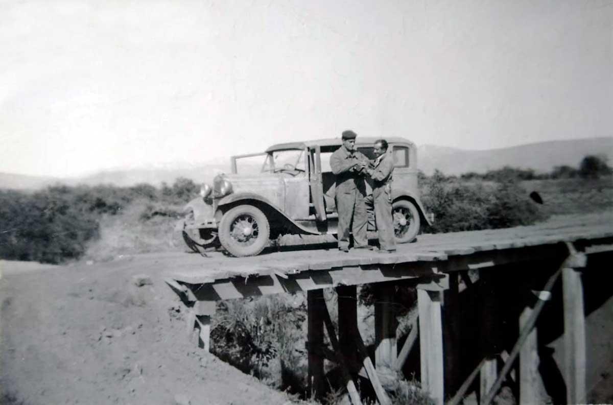 Edilio Marin con su amigo Carlos Lucione en Chile (la camioneta es la misma que conducía cuándo lo apuñalaron)