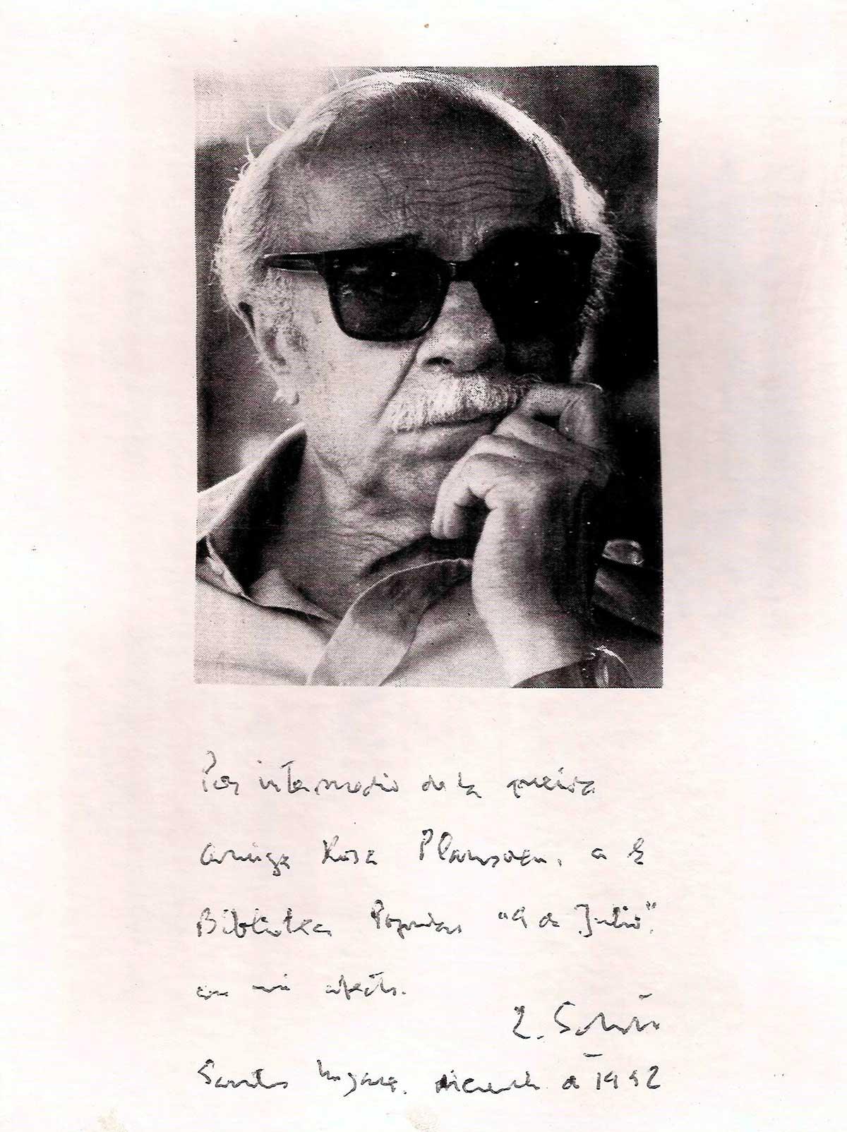Fotografía autografiada que se conserva enmarcada en la Biblioteca Popular 9 de Julio.