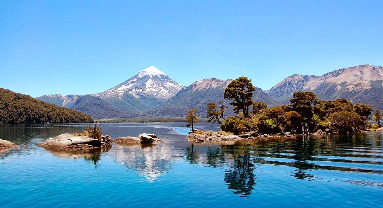 En primer plano el lago Huechulafquen y la imponente imagen del volcán Lanín, dos joyas del paisaje que se contemplan desde la seccional Epulafquen.