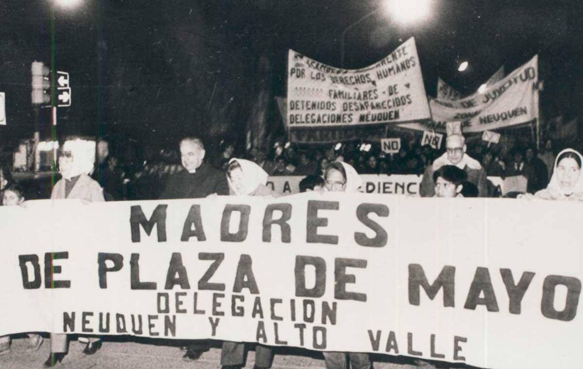 Jaime de Nevares acompañando a las Madres de la Plaza.