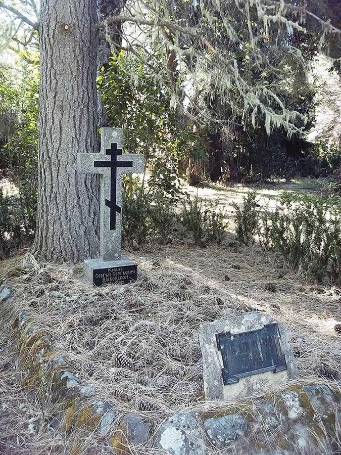 Tumba con la cruz ortodoxa en el bosque por el que tanto hizo. Foto de la autora.
