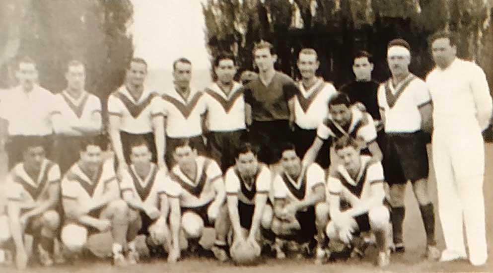 Plantel combinado de la Asociación Deportiva Plaza Huincul, con refuerzos de clubes de Cutral Co, que cayó 5 a 1 en diciembre de 1942 frente a Boca Juniors.