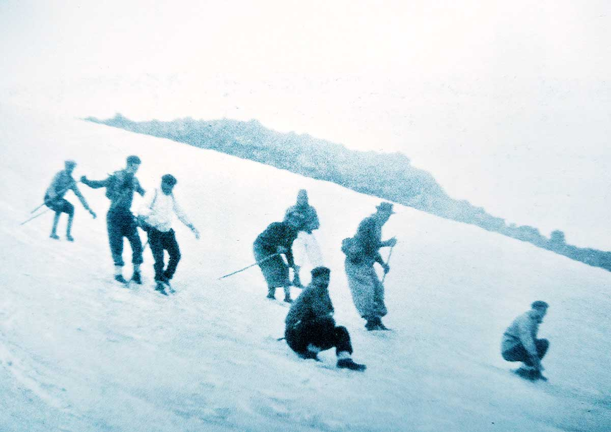 """Esquiando"" con equipos improvisados. Don Federico Graef, con sombrero."