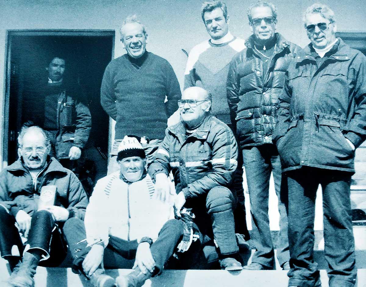 Pioneros de la ADCL: Caviglia, Caso, Astete, Elguero, de pie. Sentados, Quico Leotta, Manolo Gómez, y García Coni. En la puerta, Juan Prieto, un colaborador.