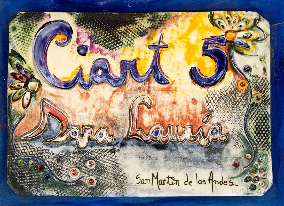Cartel a la entrada del CIART N° 5. Foto de Santiago Gaudio.