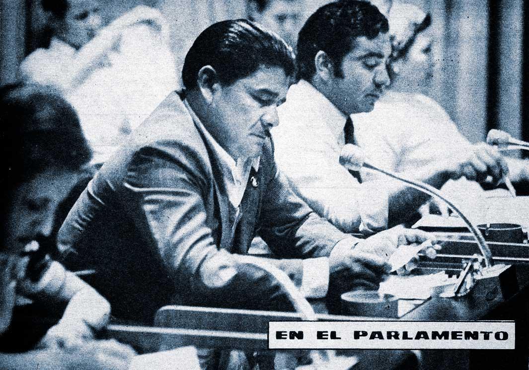 Una sesión en la legislatura del Neuquén. El diputado Abelardo Coifín se prepara para leer en proyecto.