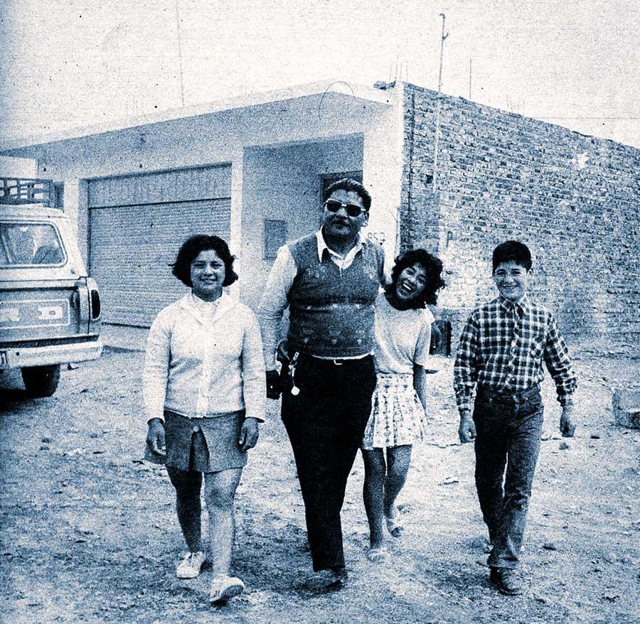 Abelardo Coifín, frente a su casa, con tres de sus cuatro hijos, Edmit, noemí y Lindor Bautista.