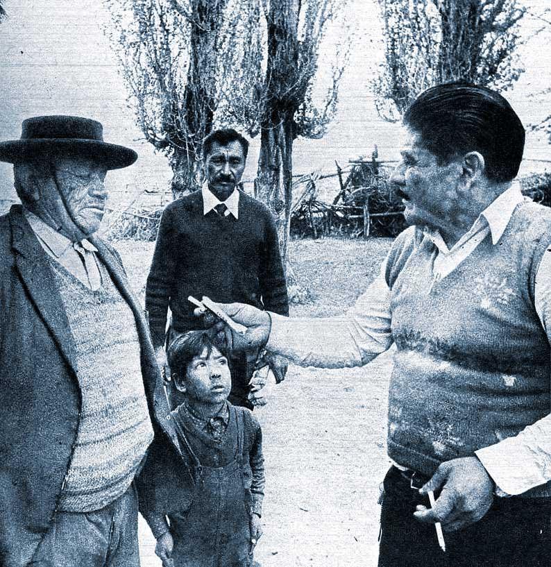 """""""¿Un cigarrillo compadre?"""" El diputado Coifin en la comunidad mapuche. Aboga por tierras, por médicos, por escuelas, por comunicaciones. Si no tiene éxito está dispuesto a abandonar su cargo en la Legislatura y regresar a la comunidad de San Ignacio, donde vivió toda su vida."""