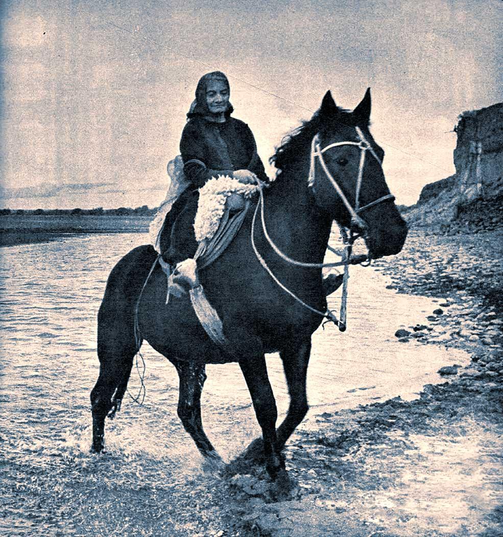 Adiós al viejo Picún. Enriqueta Vega y su familia parten hacia el nuevo pueblo. Sus caballos trotan por los nuevos cauces del Limay. Una nueva vida.