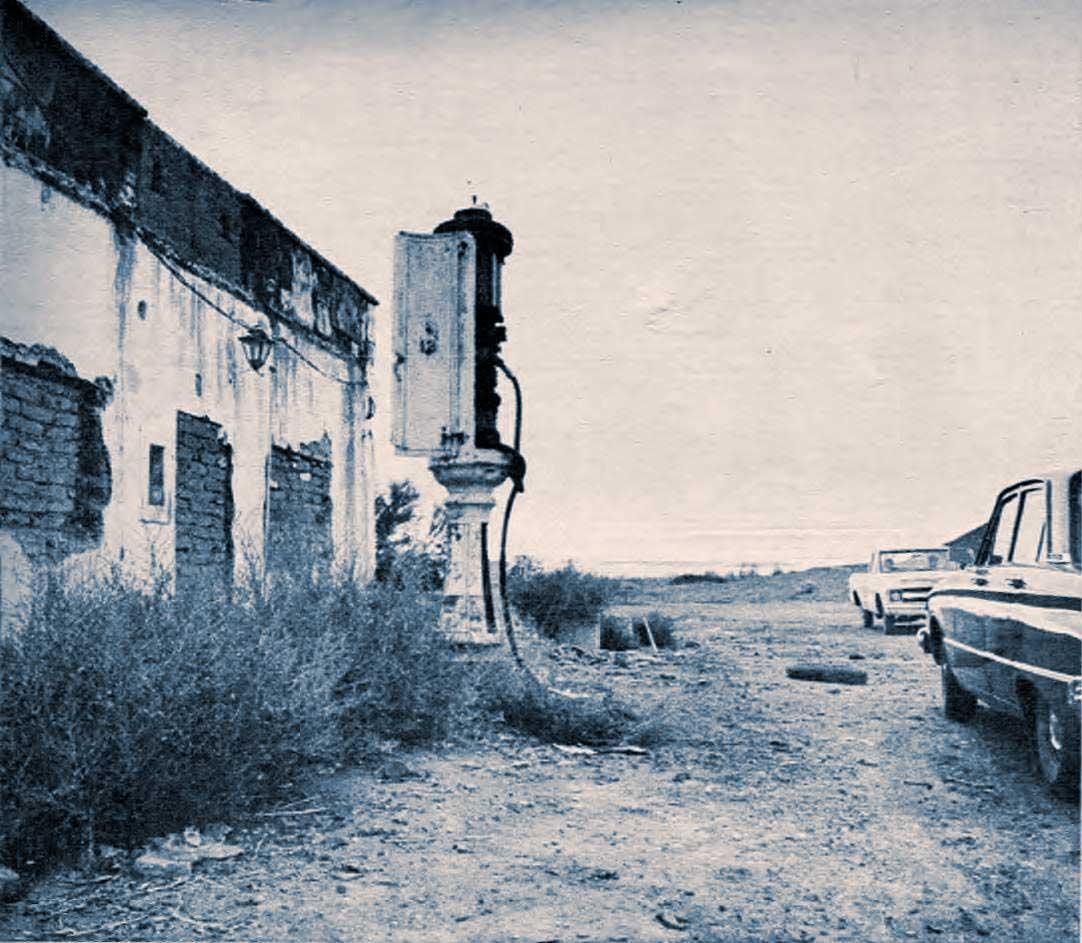 El viejo surtidor de Picún. Aquí cargaron sus autos Frondizi, Caggiano, Errol Flyn, y muchos otros. Hace tiempo que se secó. El Chocón abrió sus puertas de progreso, pero terminó con este chiquito recuerdo.