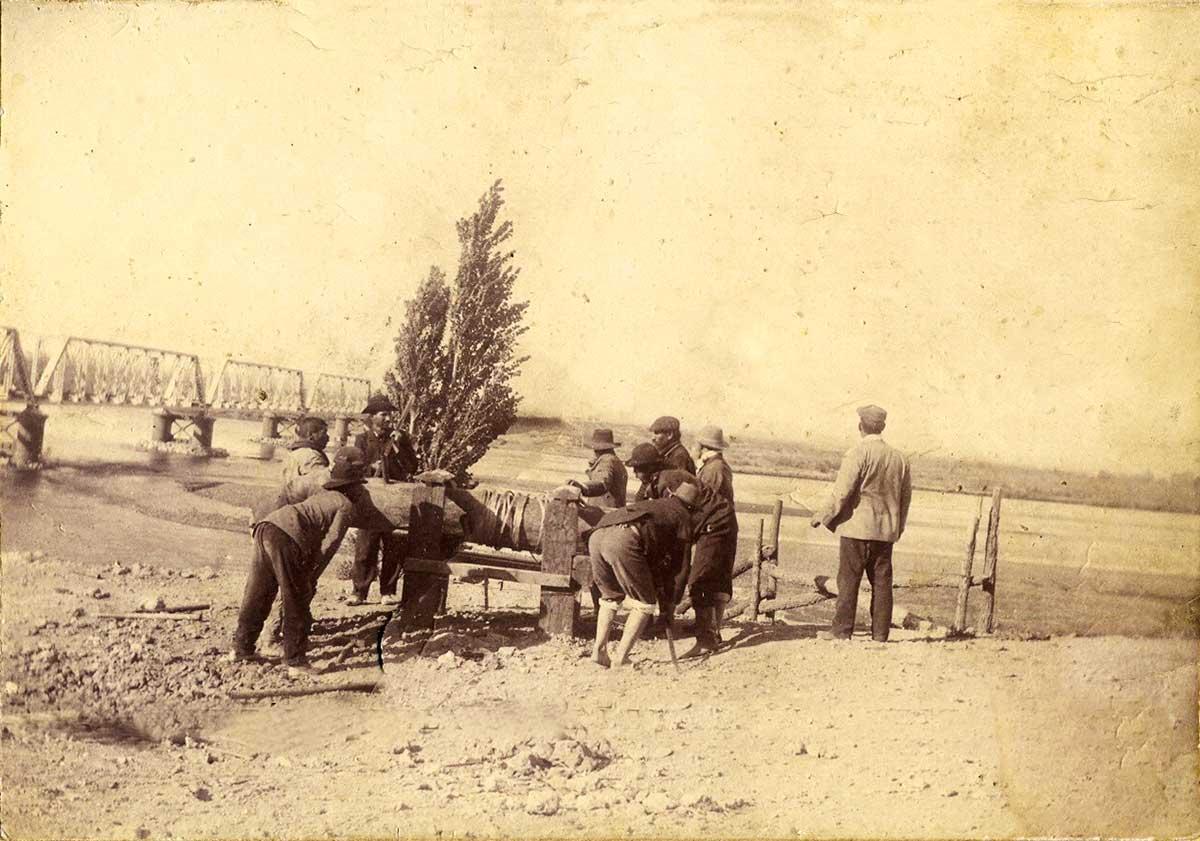 Construcción del puente ferroviario sobre el río Neuquén, visto por quienes usaban la balsa.